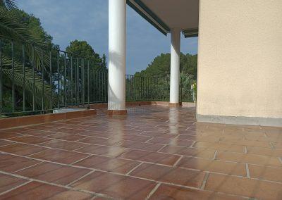 Limpieza y tratamiento en suelos de barro cocido.